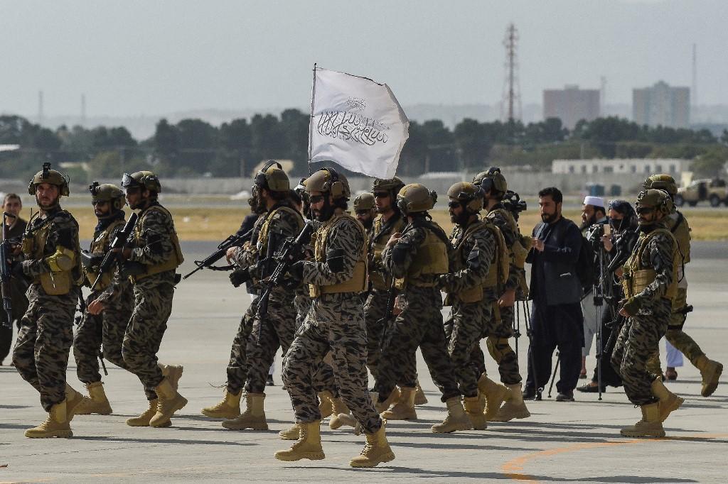 Các tay súng đặc nhiệm Taliban tại sân bay Kabul ngày 31/8. Ảnh: AFP.