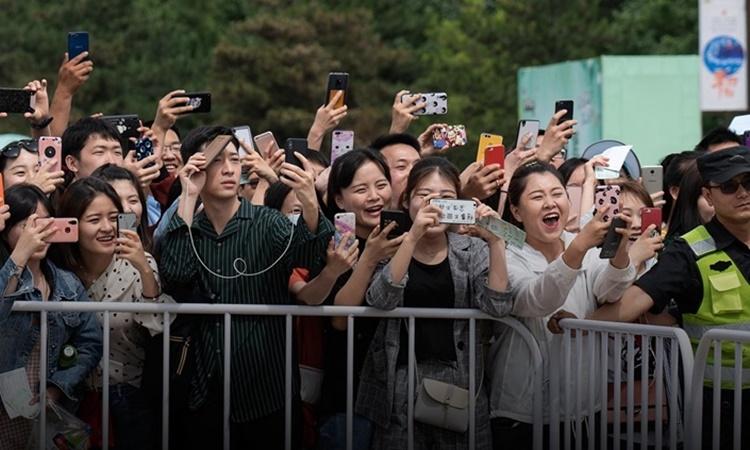 Đám đông người hâm mộ chen lấn chụp ảnh thần tượng tại một sự kiện quảng cáo ở thành phố Tây An, tỉnh Thiểm Tây, Trung Quốc, hồi tháng 5/2019. Ảnh: VCG.