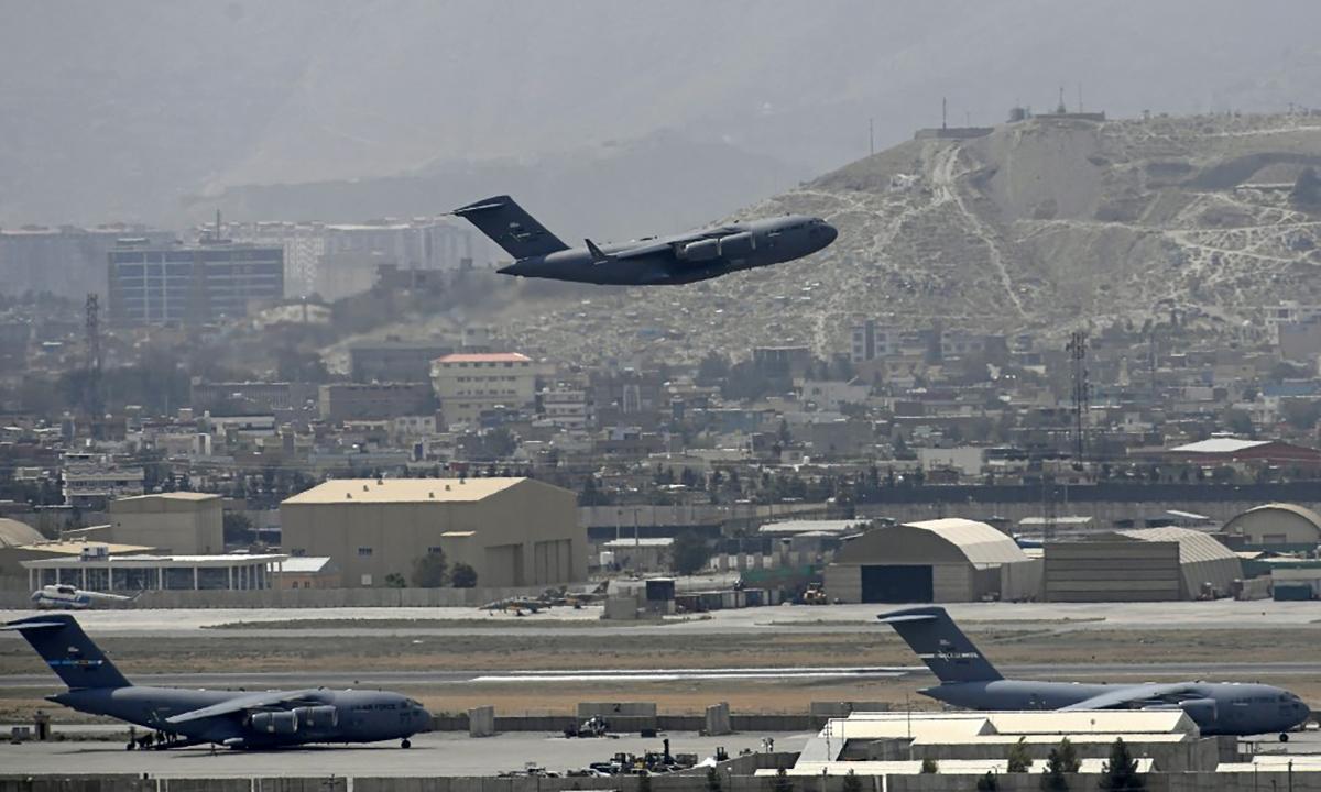 Vận tải cơ C-17 của Mỹ cất cánh từ sân bay Kabul, Afghanistan ngày 30/8. Ảnh: AFP.