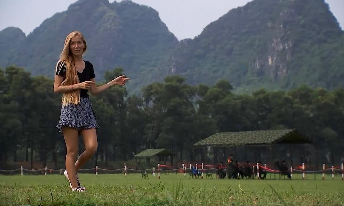 Biên tập viên Victoria Kosoglyadenko tại thao trường Miếu Môn, Hà Nội ngày 30/8. Ảnh: Zvezda.