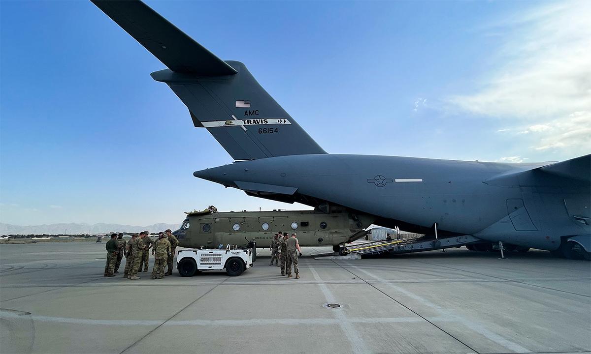 Binh sĩ Mỹ chuyển trực thăng CH-47 lên vận tải cơ C-17 ở sân bay Kabul, Afghanistan ngày 28/8. Ảnh: USAF.