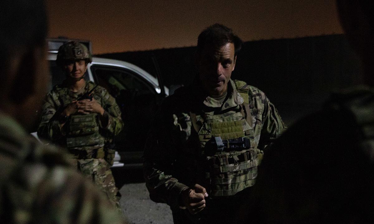 Thiếu tướng Christopher Donahue (bên phải, không đội mũ) nói chuyện với các binh sĩ tại sân bay Hamid Karzai ở Kabul, Afghanistan ngày 25/8. Ảnh: US Army.