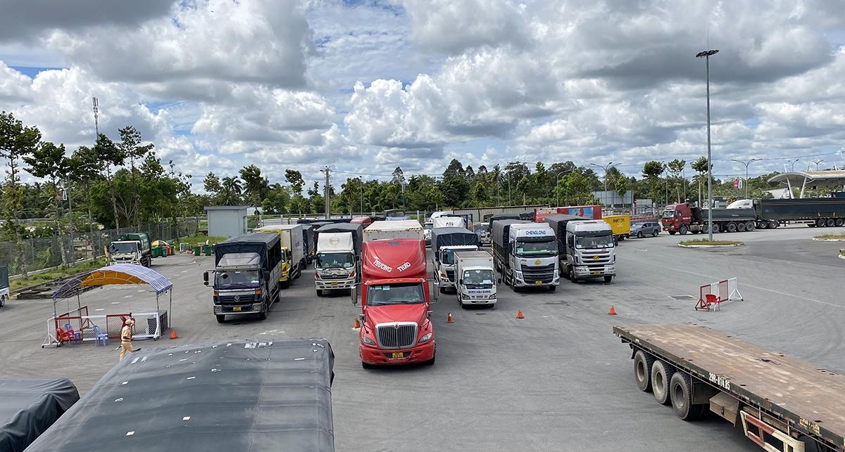 Xe tải giao nhận hàng hoá ùn ứ tại bãi tập kết ờ Bền xe Cần Thơ ngày 27/8. Ảnh: Cửu Long