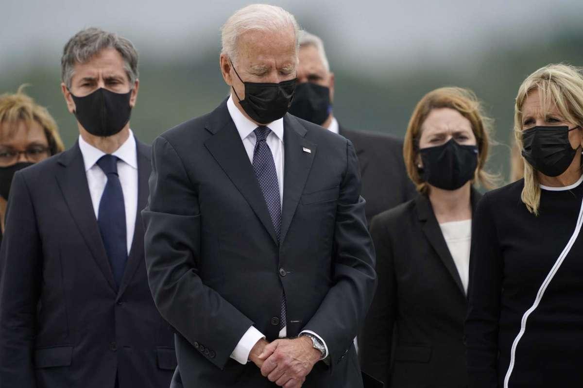 Tổng thống Joe Biden ngày 29/8 dự lễ đón linh cữu 13 quân nhân Mỹ thiệt mạng trong vụ khủng bố sân bay Kabul vào tuần trước. Ảnh: AP.