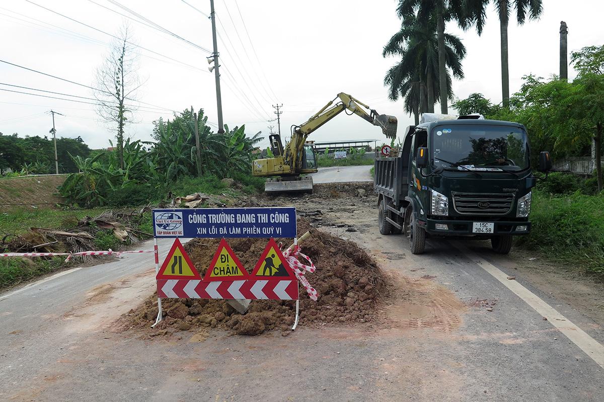 Một số đoạn đường bị hư hỏng nặng, qua xã Đông Sơn, đơn vị thi công là công ty cổ phần Việt Úc buộc phải xử lý lại cả phần cốt đường. Ảnh: Giang Chinh
