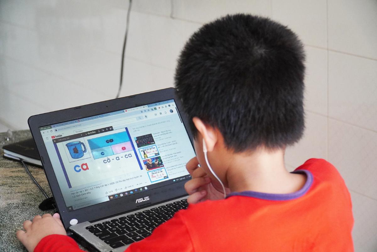Một học sinh lớp 2 ở TP Mỹ Tho, Tiền Giang, ôn bài tại nhà trong thời gian giãn cách xã hội, ngày 24/8. Ảnh: Phụ huynh cung cấp