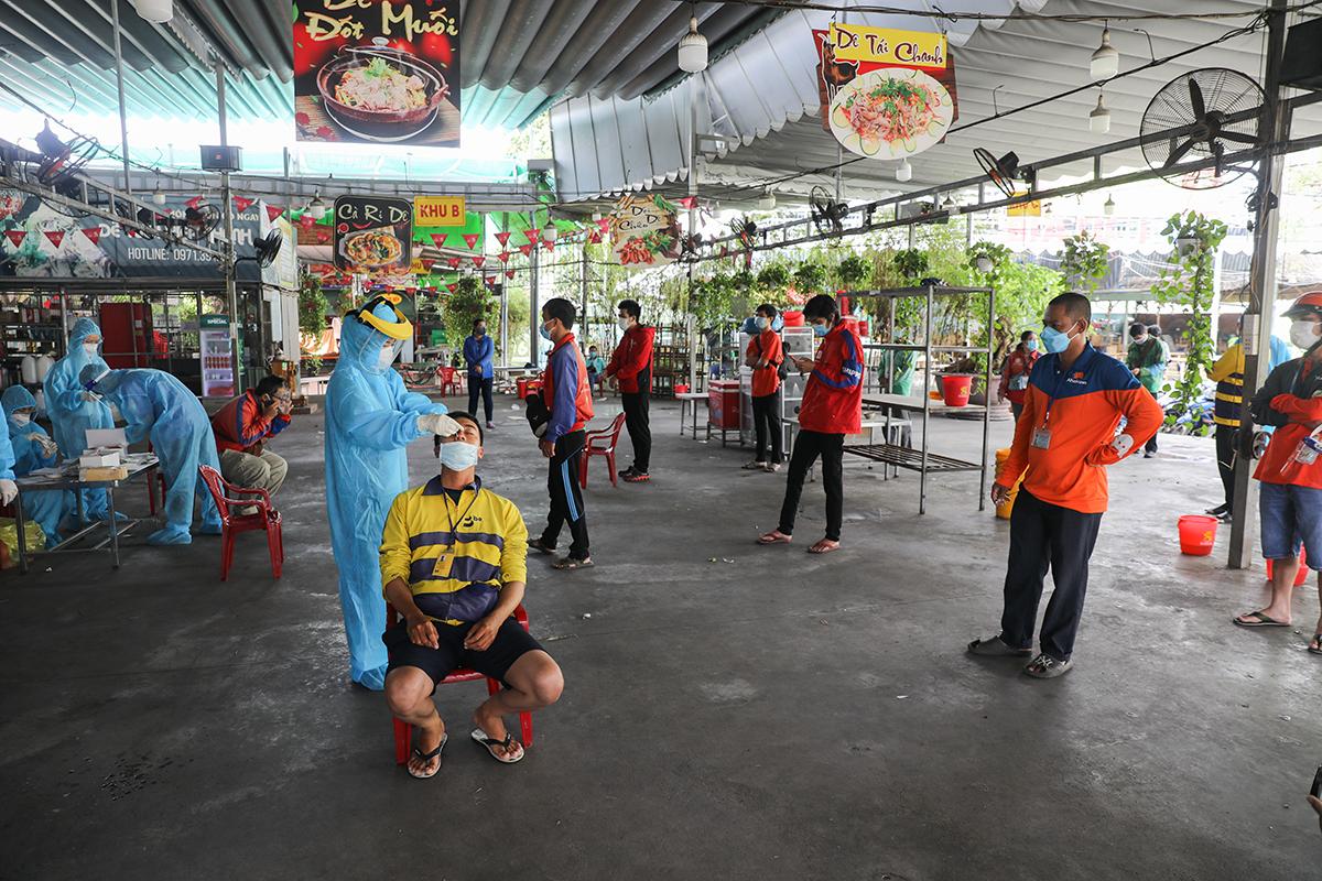 Shipper lấy mẫu xét nghiệm Covid-19 ở trạm y tế lưu động ở đường Nguyễn Văn Nghi, quận Gò Vấp, sáng 31/8. Ảnh: Quỳnh Trần