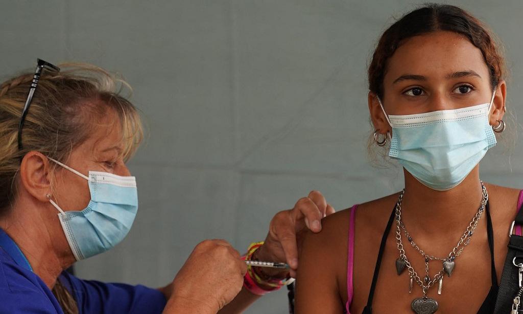 Một người dân được tiêm vaccine Covid-19 tại Anh hôm 26/8. Ảnh: AFP.