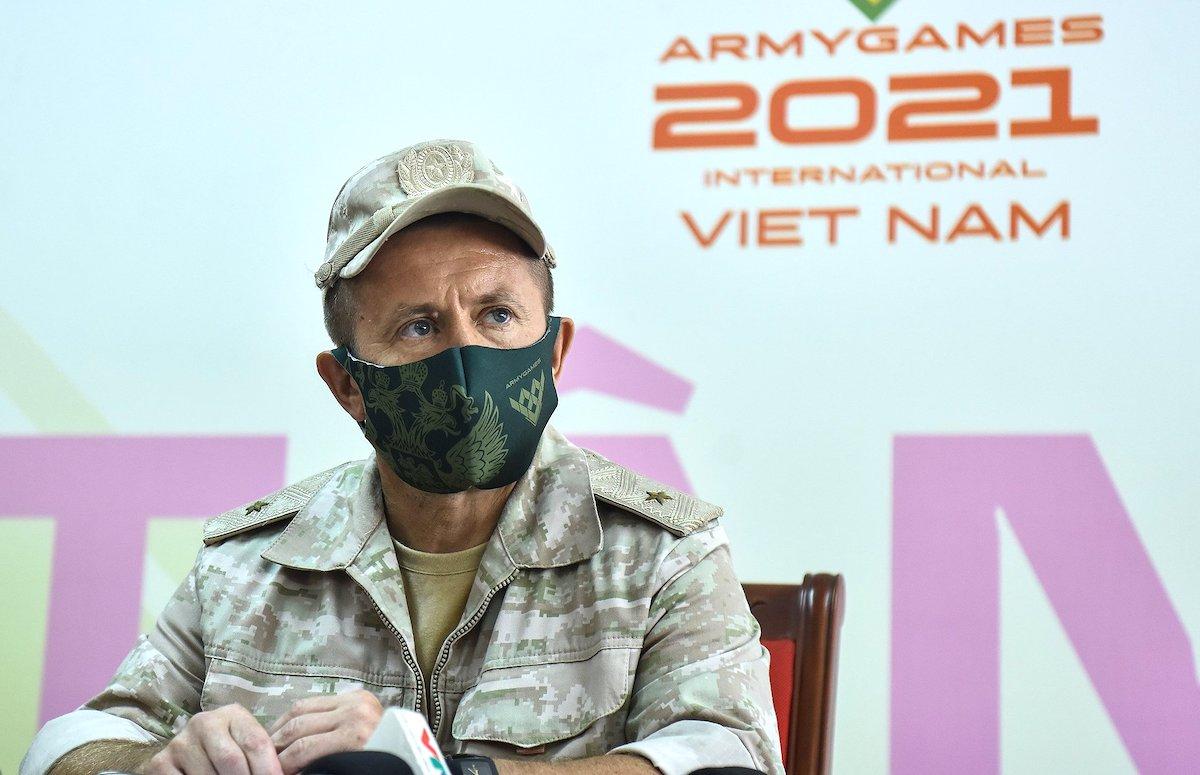 Chuẩn đô đốc Andrey Subbotin Nikolaevich, trưởng đoàn Liên bang Nga thi đấu tại Việt Nam - Đại diện Ban tổ chức Army Games 2021 trao đổi với báo chí sáng 31/8. Ảnh: Giang Huy