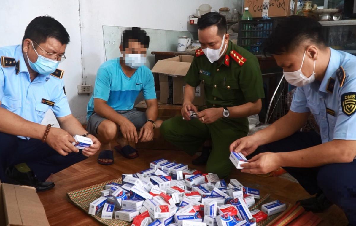 Cảnh sát kiểm tra số thuốc không rõ nguồn gốc. Ảnh: Công an cung cấp.