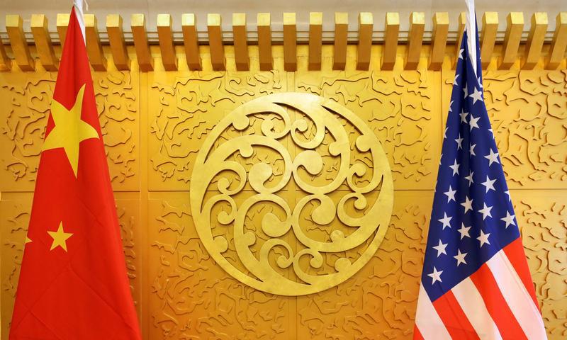 Quốc kỳ Trung Quốc và Mỹ tại một cuộc gặp ở trụ sở Bộ Giao thông Vận tải Trung Quốc tại Bắc Kinh hồi tháng 4/2018. Ảnh: Reuters.