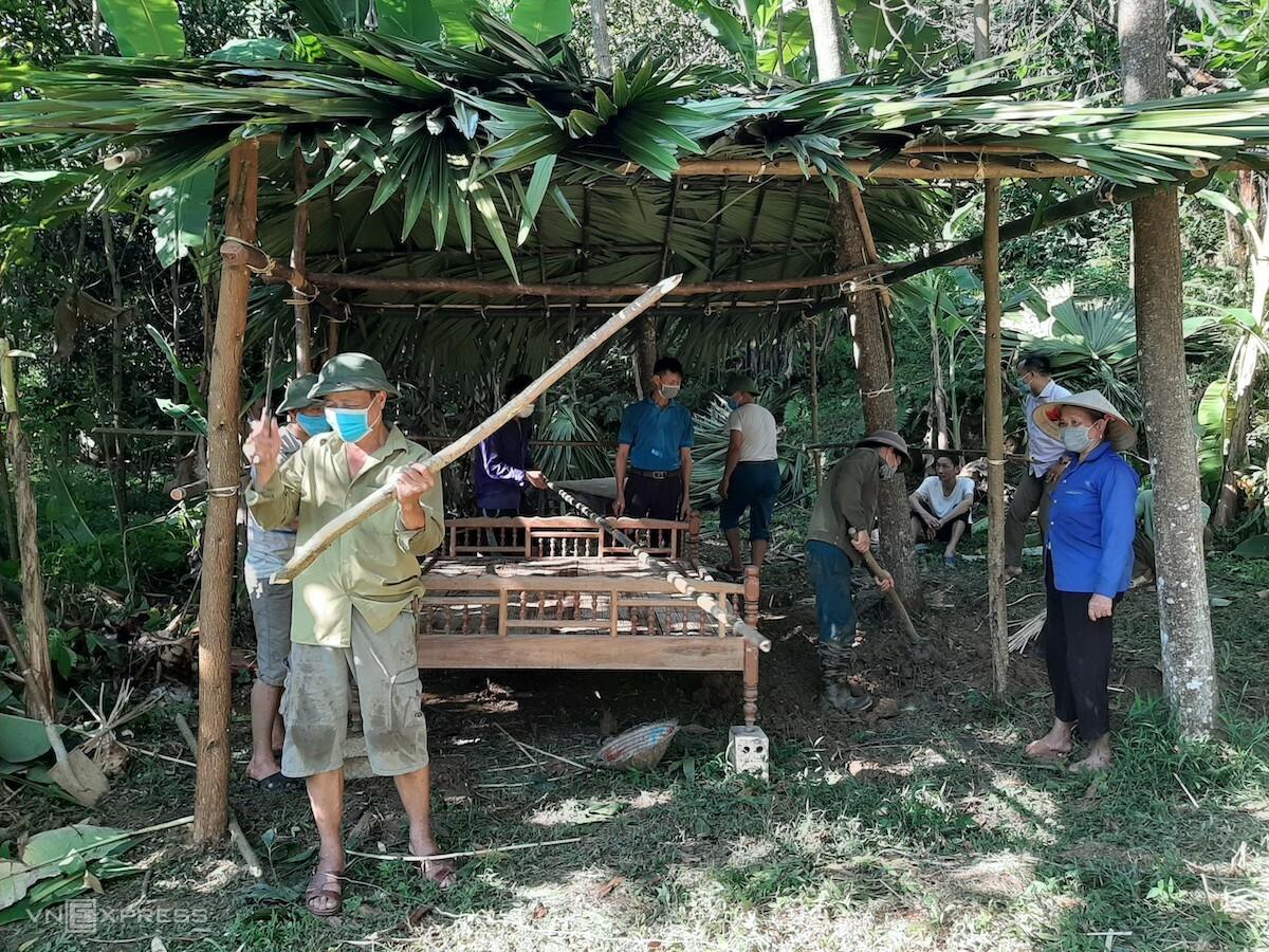 Lán được dựng bằng lá cọ lấy trong rừng. Ảnh: CTV