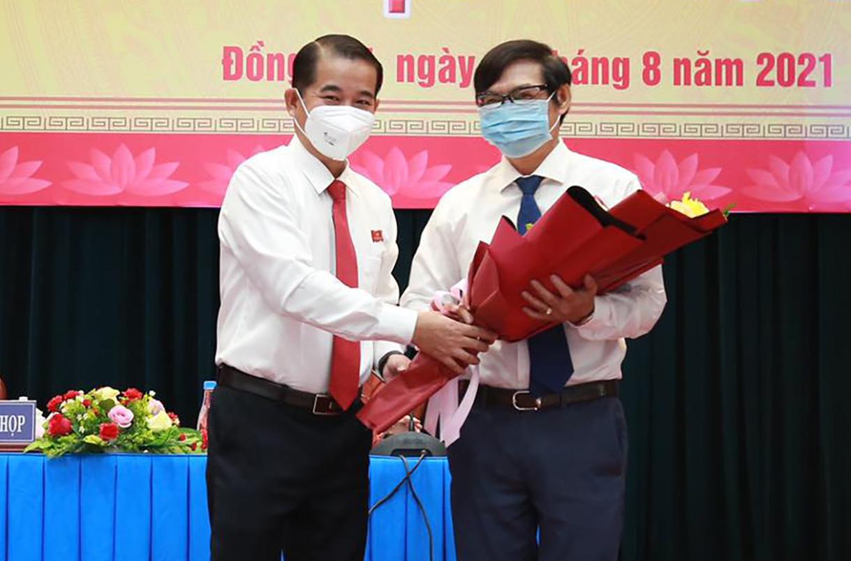Ông Thái Bảo, Chủ tịch HDND tỉnh Đồng Nai tặng hoa chúc mừng ông Nguyễn Sơn Hùng (bìa phải) sáng 31/8. Ảnh: Thái Hà