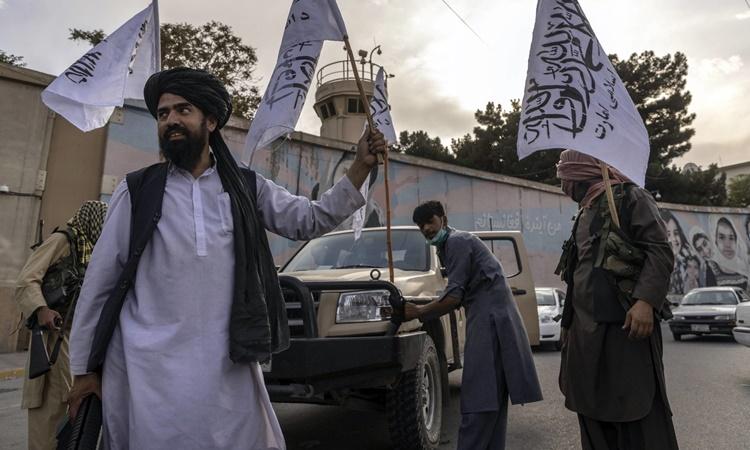 Các thành viên Taliban tập trung bên ngoài Đại sứ quán Mỹ ở thủ đô Kabul, Afghanistan, ngày 22/8. Ảnh: Reuters.