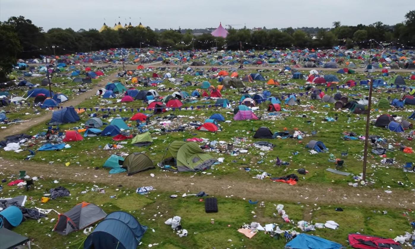 Rác tràn ngập khu vực tổ chức Lễ hội Reading ở Anh hôm nay. Ảnh: Telegraph.