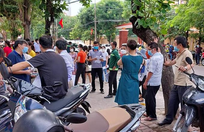 Thời điểm hàng chục người tập trung lộn xộn trước cổng trường tiểu học Lê Mao, sáng 31/8. Ảnh: CTV
