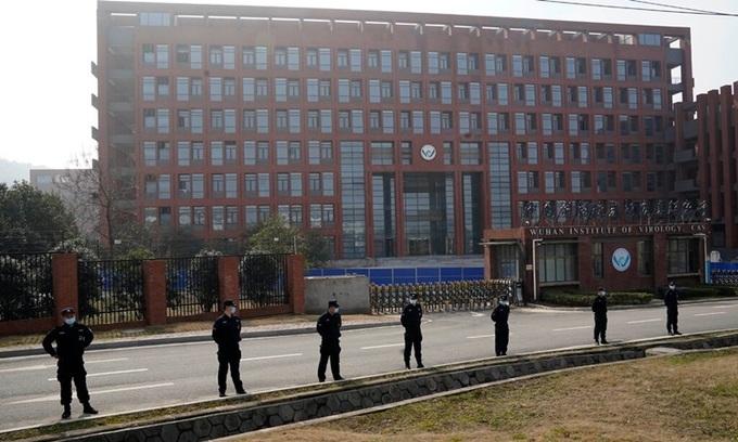 Nhân viên bảo vệ đứng bên ngoài Viện Virus học Vũ Hán hồi tháng hai. Ảnh: AP.