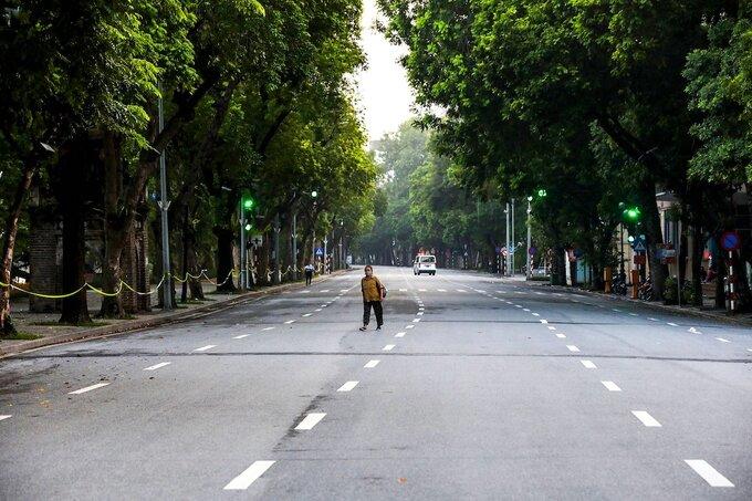Đường phố quanh Hồ Gươm vắng vẻ khi thành phố Hà Nội giãn cách xã hội, ngày 24/7. Ảnh: Giang Huy