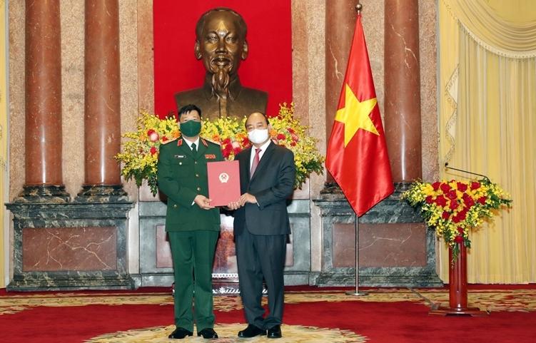 Giám đốc Học viện Quốc phòng Trần Việt Khoa nhận quyết định thăng quân hàm  từ Trung tướng lên Thượng tướng do Chủ tịch nước Nguyễn Xuân Phúc trao, sáng 1/9. Ảnh: QĐND