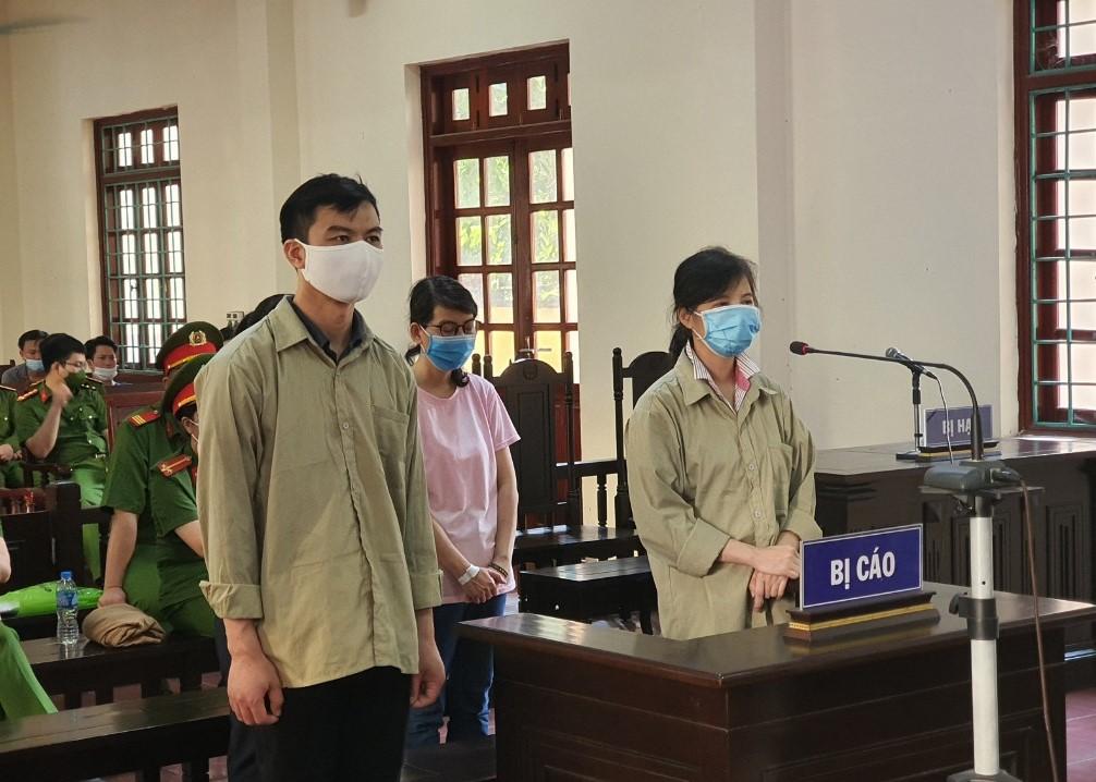 Các bị cáo nghe tòa tuyên án. Ảnh: TAND tỉnh Vĩnh Phúc.