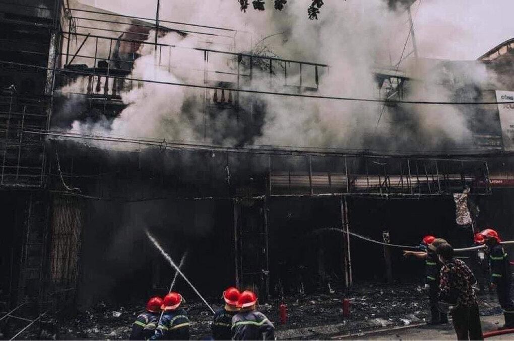 Vụ cháy khiến nhiều cửa hàng bị ảnh hưởng. Ảnh: Tuấn Bổng.