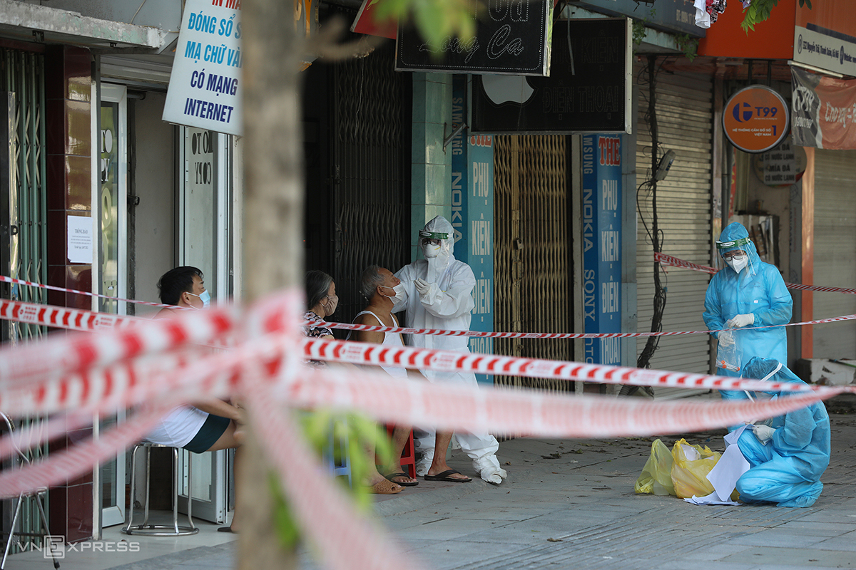 Nhân viên y tế lấy mẫu xét nghiệm cho người dân ở ngõ 328 đường Nguyễn Trãi, phường Thanh Xuân Trung, quận Thanh Xuân ngày 27/8. Ảnh: Ngọc Thành.