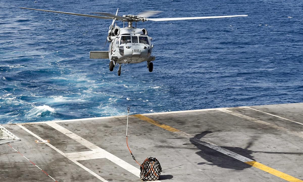 Trực thăng MH-60S chuyển hàng lên tàu sân bay USS Abraham Lincoln tại biển Arab tháng 5/2019. Ảnh: US Navy.
