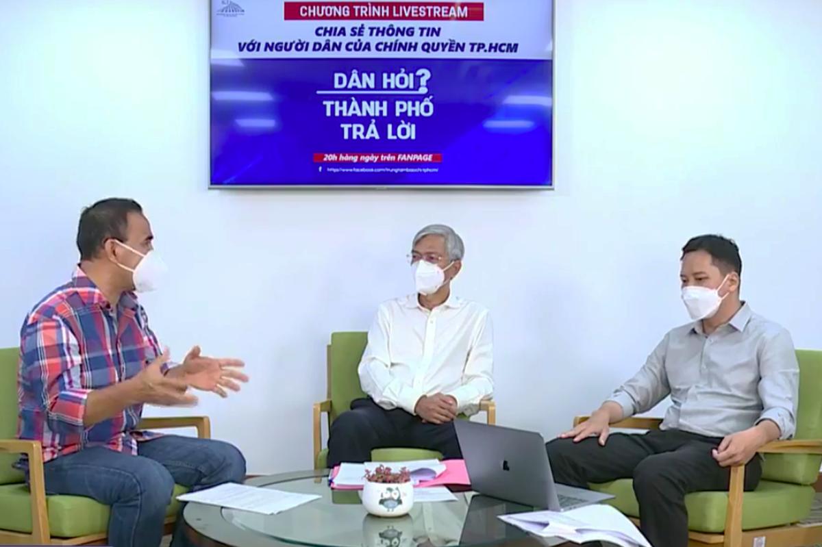 Phó chủ tịch UBND thành phố Võ Văn Hoan (giữa) trong chương trình Dân hỏi – Thành phố trả lời, tối 1/9. Ảnh: Trung tâm báo chí TP HCM