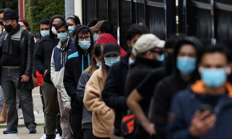Người dân xếp hàng chờ bên ngoài một trung tâm tiêm chủng ở Sydney, Australia, ngày 25/8. Ảnh: Reuters.