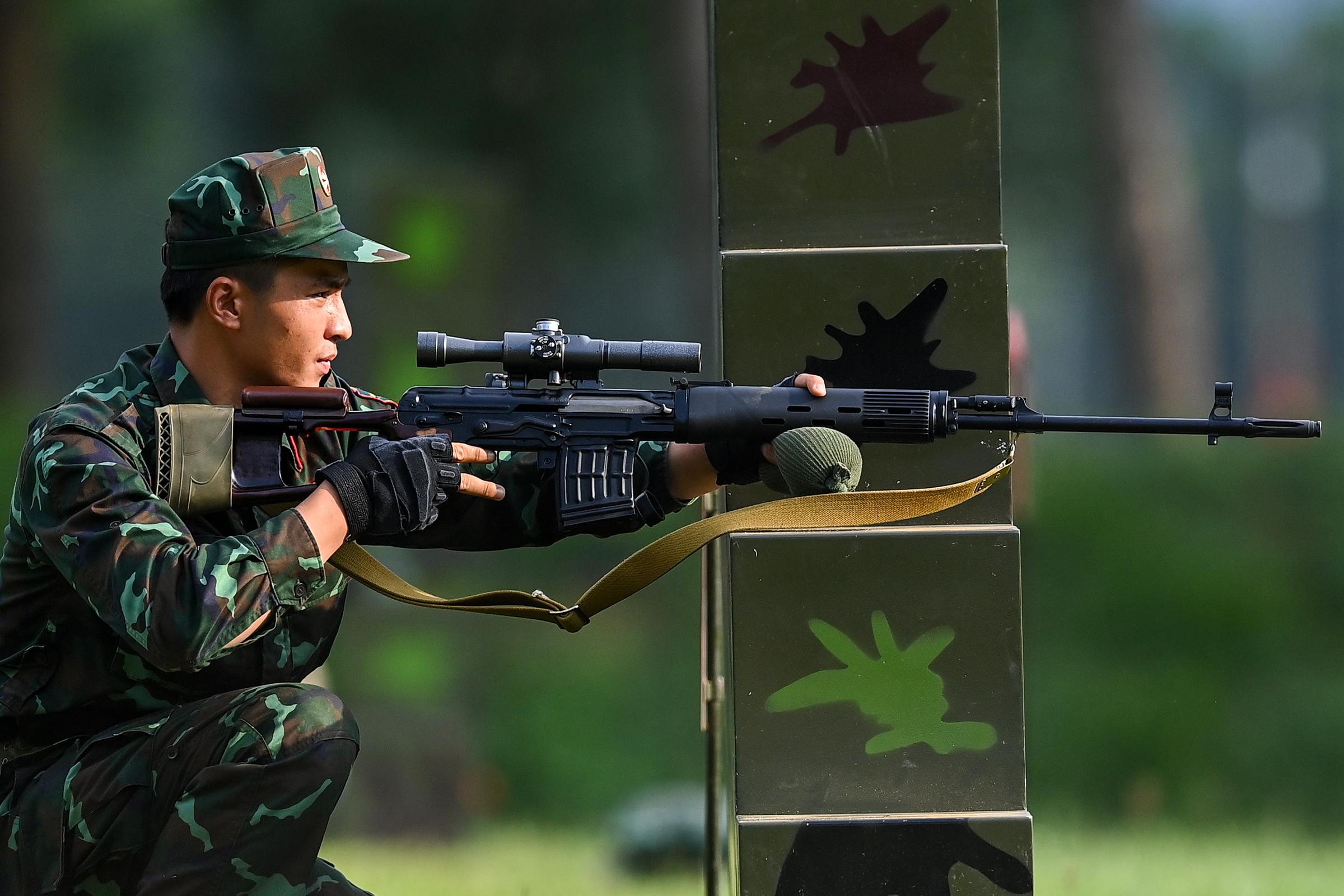 Tuyển thủ Việt Nam chuẩn bị khai hỏa nội dung thi Xạ thủ bắn tỉa, chiều 31/8. Ảnh: Giang Huy