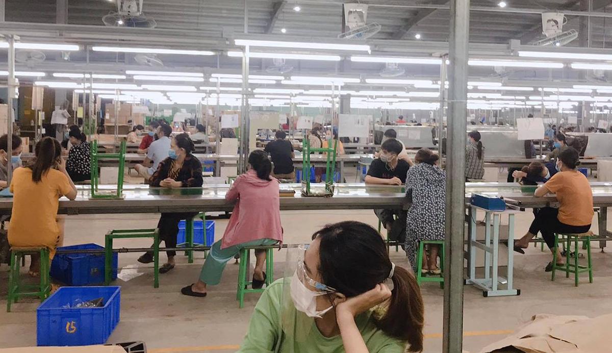 Công nhân tại một nhà máy sản suất nhựa ở Nga Sơn chờ lấy mẫu xét nghiệm rạng sáng 1/9. Ảnh: Lam Sơn.