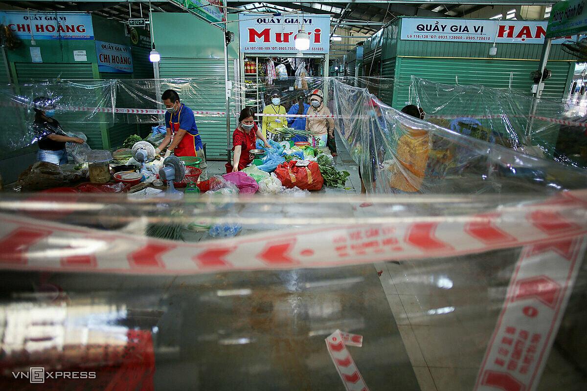 Chợ An Hải Bắc, quận Sơn Trà được làm nhiều vách ngăn, tạm thời hoạt động trở lại, ngàu 27/8. Ảnh: Nguyễn Đông.