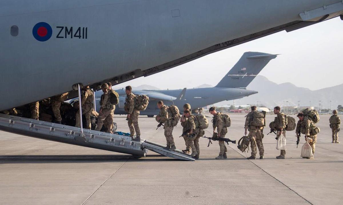 Binh sĩ Anh lên máy bay rời thủ đô Kabul, Afghanistan hôm 28/8. Ảnh: Reuters.