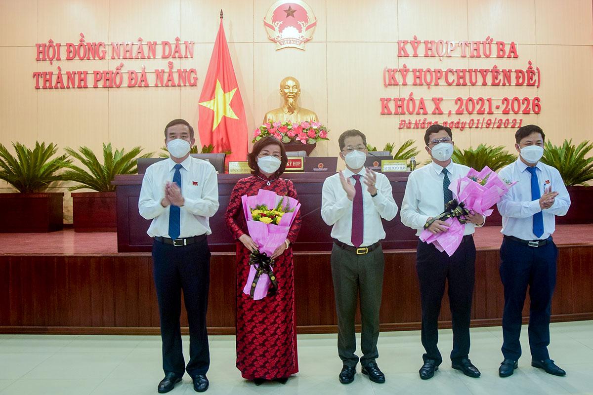 Lãnh đạo thành phố tặng hoa chúc mừng hai tân Phó chủ tịch UBND TP, sáng 1/9. Ảnh: Đông Huy.