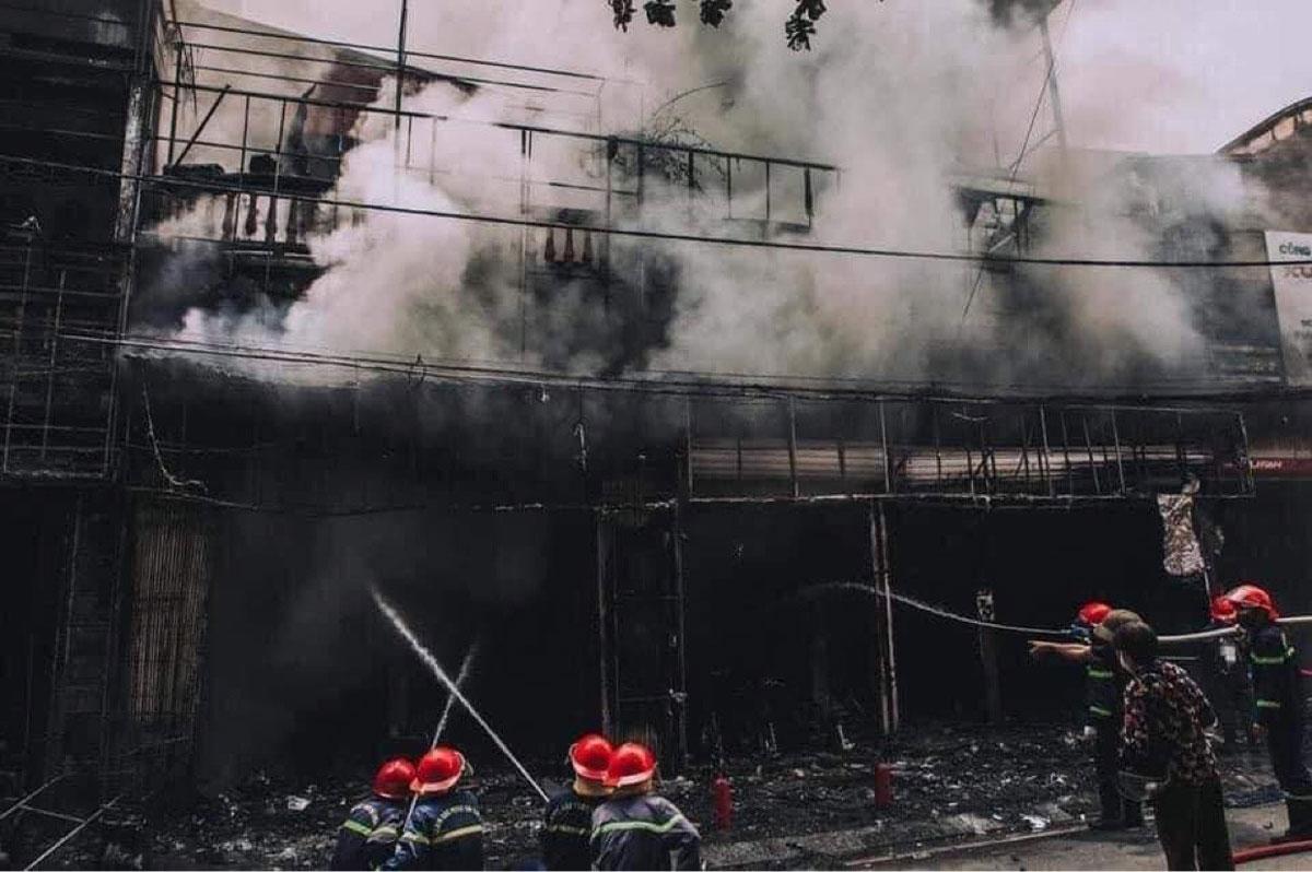 Ba cửa hàng liền kề nhau bị cháy rụi sau hỏa hoạn. Ảnh: Tuấn Bổng.