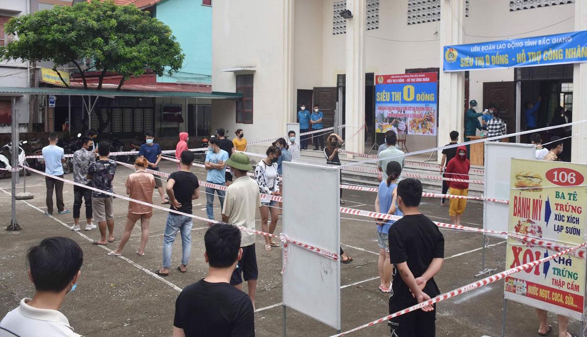 Siêu thị 0 đồng hỗ trợ công nhân mùa dịch do Liên đoàn lao động Bắc Giang mở tại xã Song Khê, TP Bắc Giang, tháng 5/2021. Ảnh: Hồng Chiêu