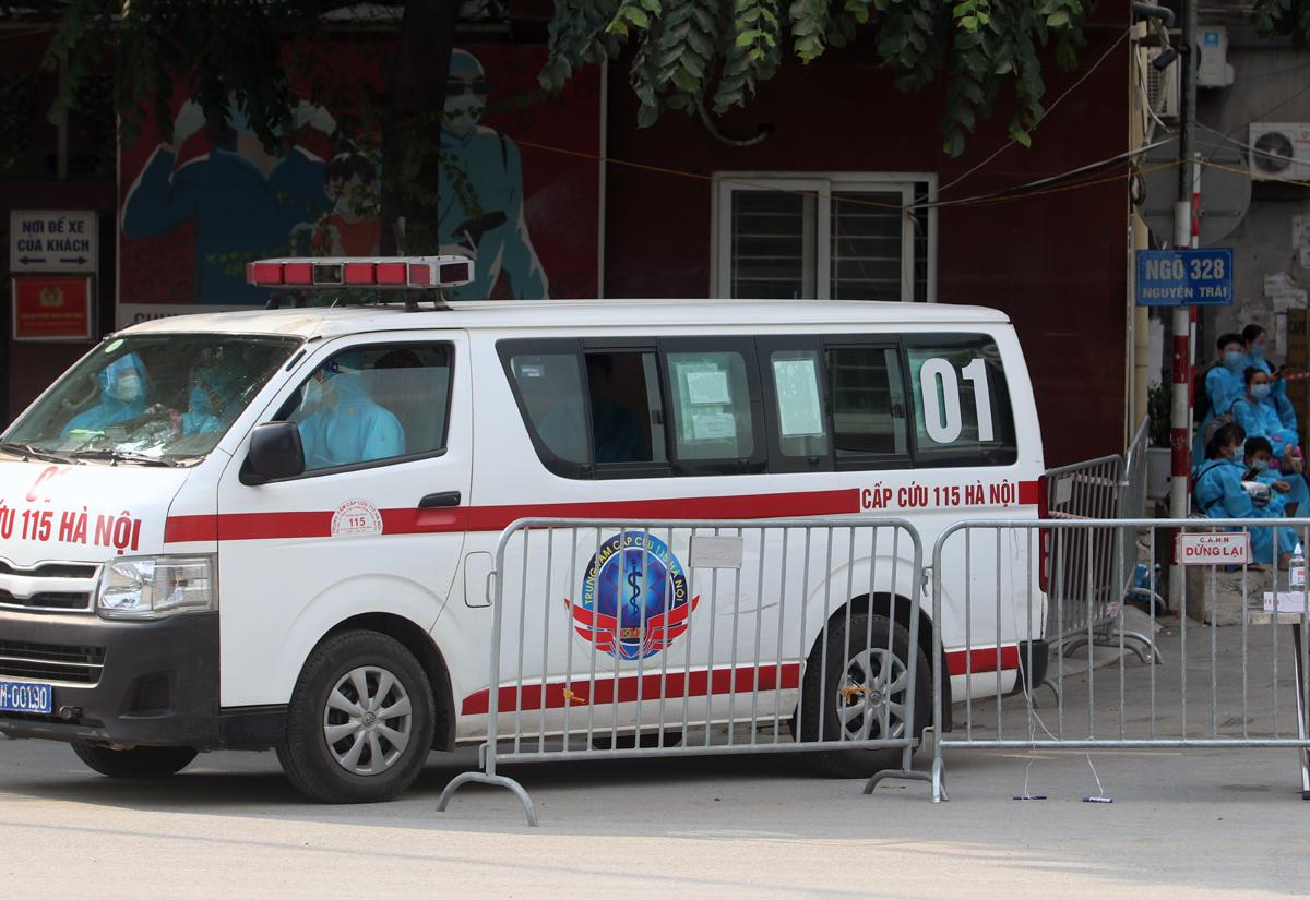 Xe cấp cứu đưa bệnh nhân đi chữa bệnh, chiều 1/9. Ảnh: Võ Hải.