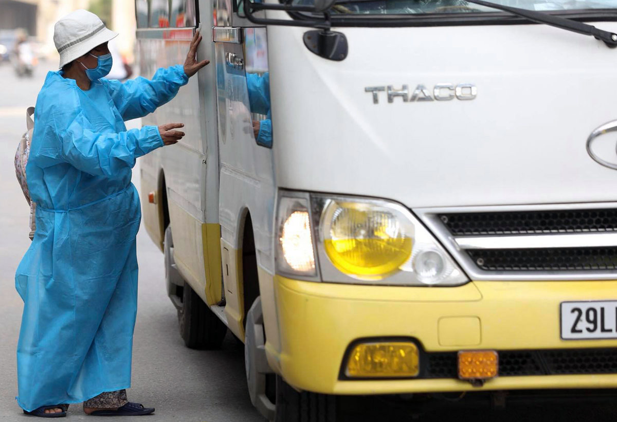 Một người dân phường Thanh Xuân Trung được đưa đi cách ly tập trung, chiều 1/9. Ảnh: Ngọc Thành.