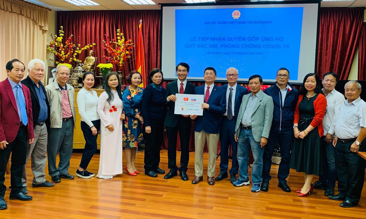 Lễ tiếp nhận ủng hộ của cộng đồng người Việt tại trụ sở Đại sứ quán Việt Nam ở Bratislava, Slovakia hôm 31/8. Ảnh: Đại sứ quán Việt Nam tại Slovakia.