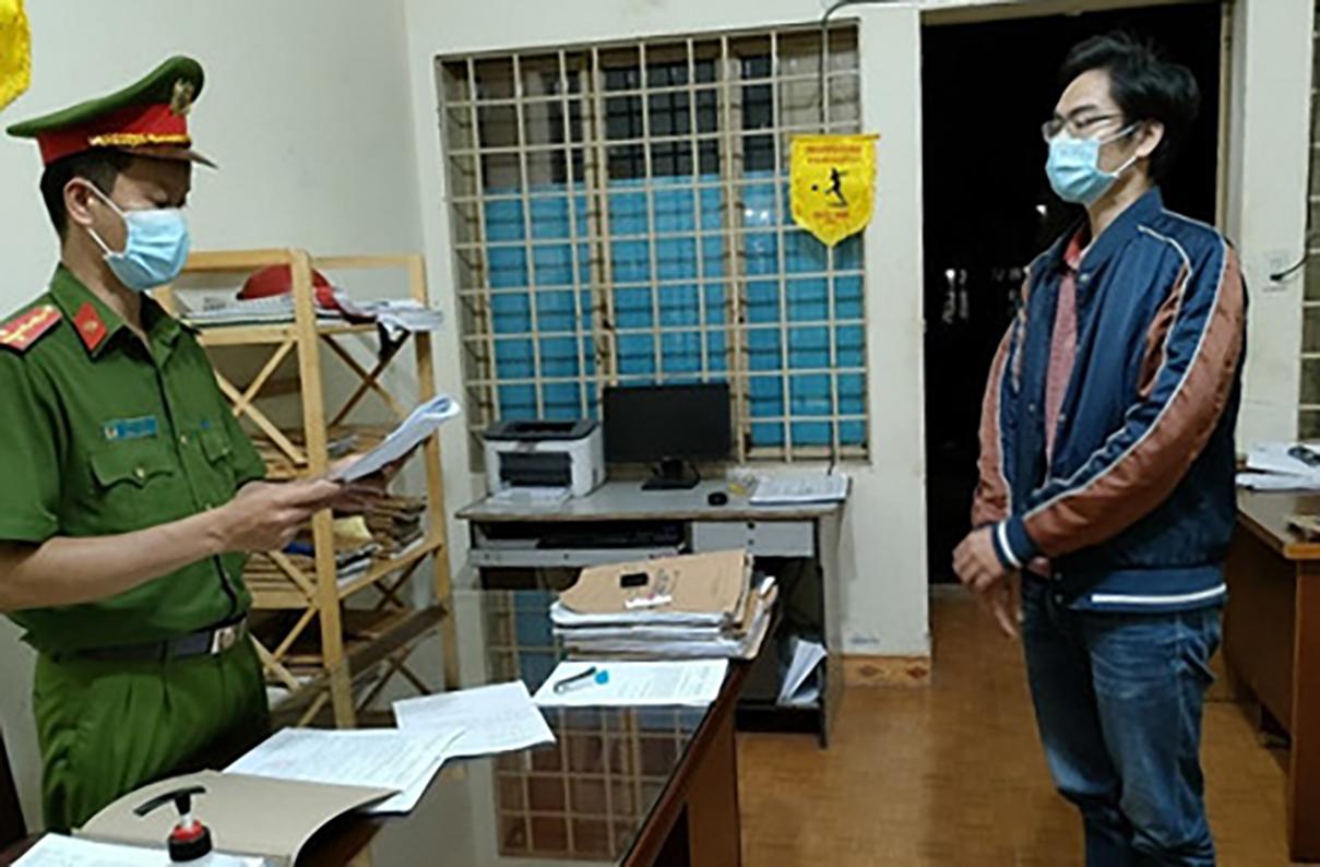 Huy bị cơ quan cảnh sát điều tra đọc lệnh khởi tố. Ảnh: Khánh Hương