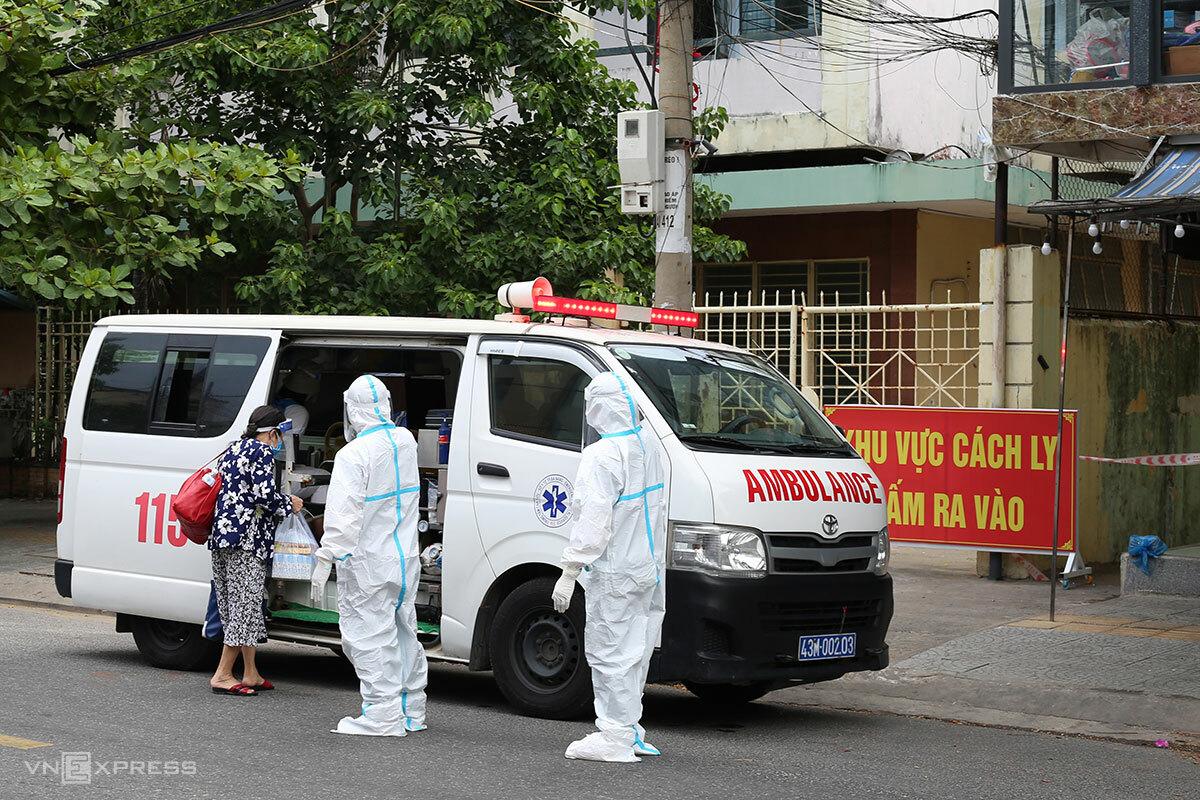 Nhân viên y tế đưa F0 ghi nhận tại kiệt 51 Lý Tự Trọng (quận Hải Châu) lên Bệnh viện dã chiến, trưa ngày 26/8. Ảnh: Nguyễn Đông.