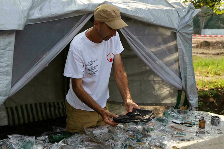 Bên cạnh hài cốt, nhiều vật dụng cá nhân khác cũng được tìm thấy trong các hố chôn. Ảnh: AFP