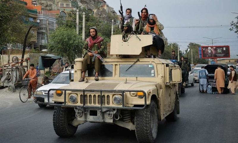 Lính Taliban diễu hành bằng xe Humvee tại thủ đô Kabul hôm 31/8 để ăn mừng Mỹ rút quân khỏi Afghanistan. Ảnh: AFP.