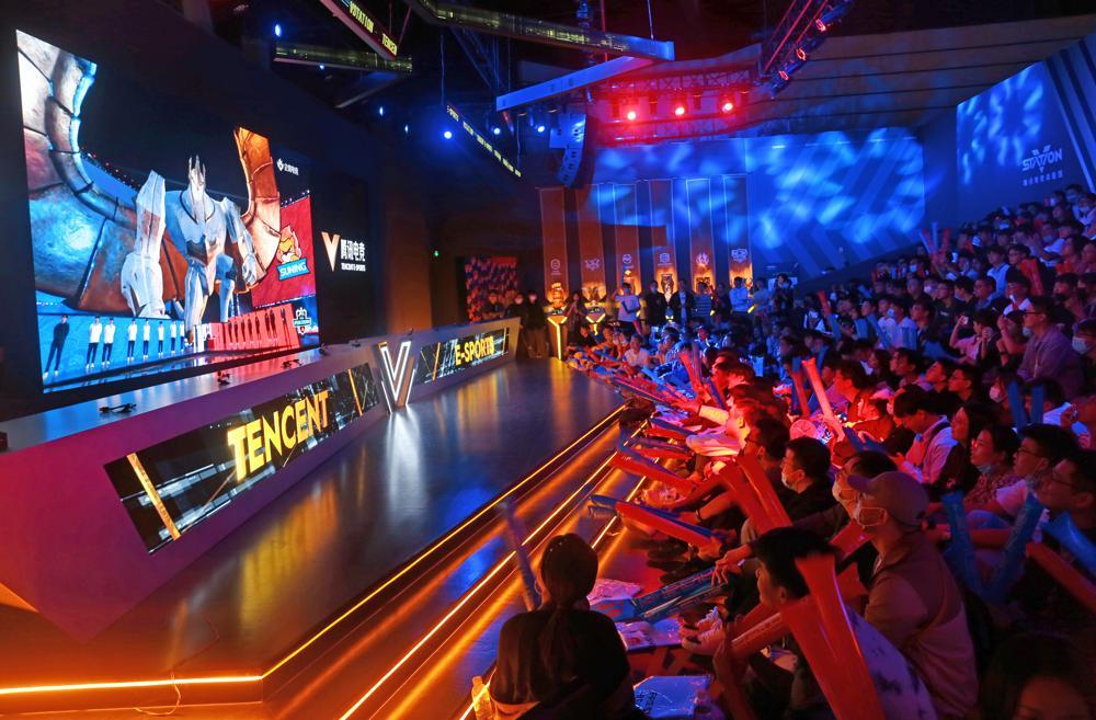 Người hâm mộ theo dõi giải World Championship 2020 của trò chơi League of Legends, do Tencent tổ chức tại Thượng Hải vào tháng 10/2020. Ảnh: AP.