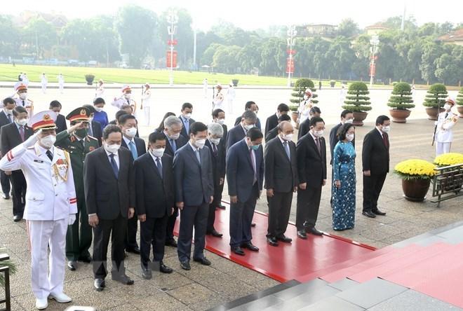 Các lãnh đạo, nguyên lãnh đạo Đảng, Nhà nước vào Lăng viếng Chủ tịch Hồ Chí Minh. Ảnh: TTXVN