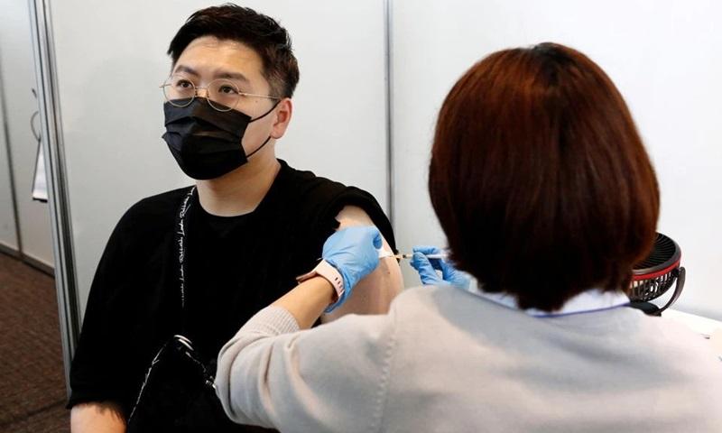 Người đàn ông được tiêm vaccine Covid-19 của Moderna tại một điểm tiêm chủng ở Tokyo, Nhật Bản hồi tháng 6. Ảnh: Reuters.