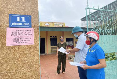 Chính quyền địa phương cũng dán thông báo trước cổng từng gia đình trong diện cách ly. Ảnh: Lam Sơn.