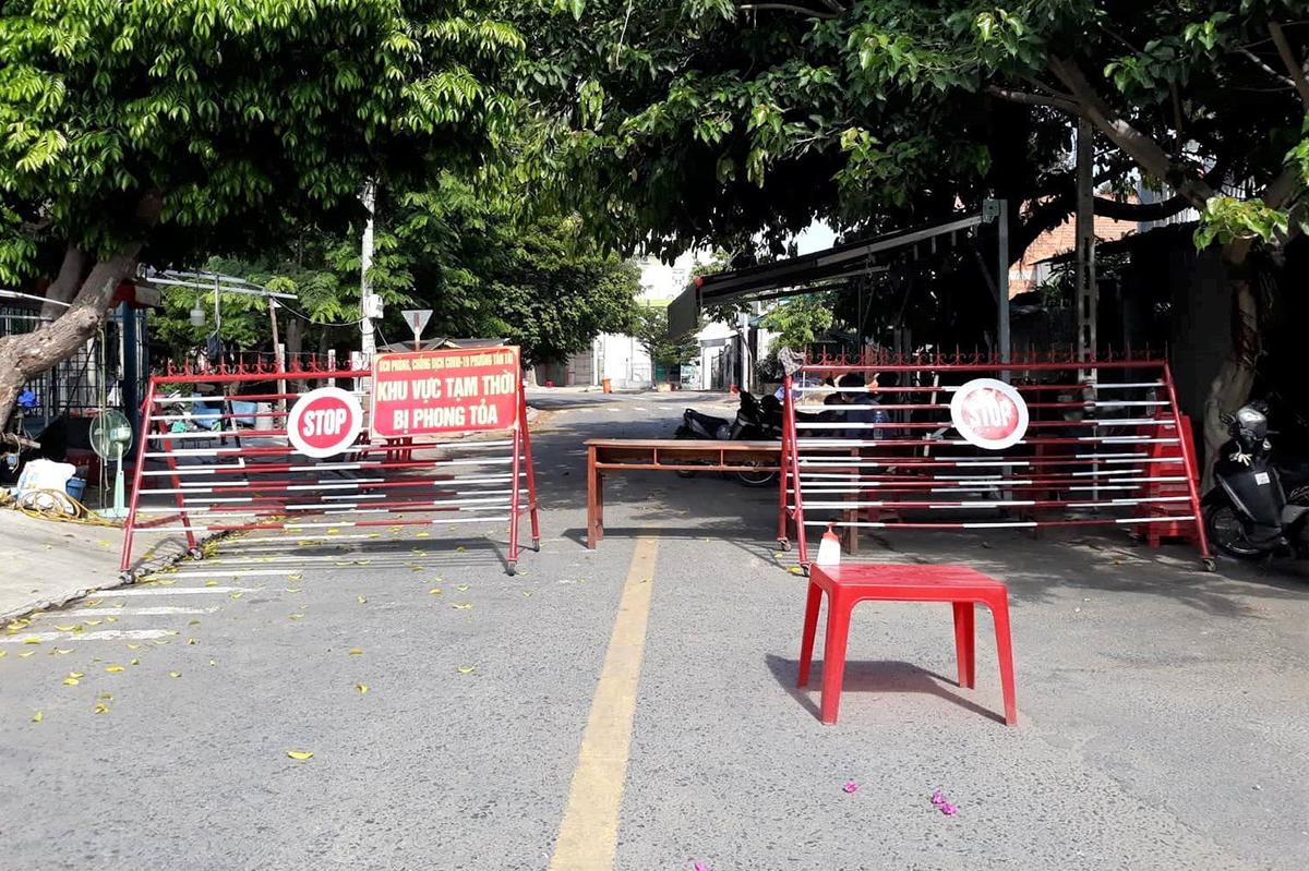 Một khu dân cư ở phường Tấn Tài bị phong tỏa sau khi phát hiện ca nhiễm, ngày 15/8. Ảnh: Việt Quốc