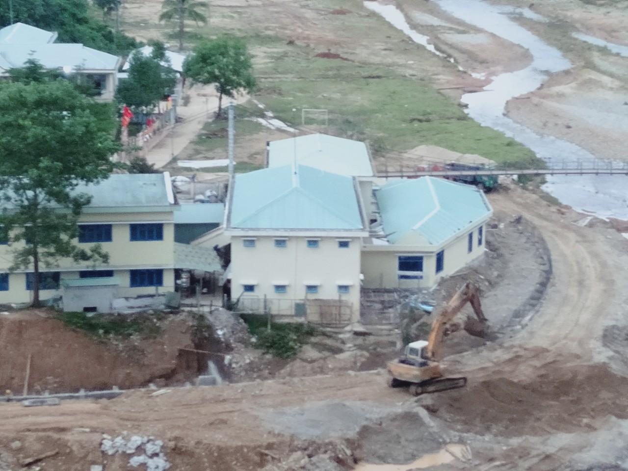Khu bếp và nhà ăn cấp 4 được xây mới hoàn toàn sau khi bị tàn phá vì mưa lũ. Ảnh: Cao Tân.