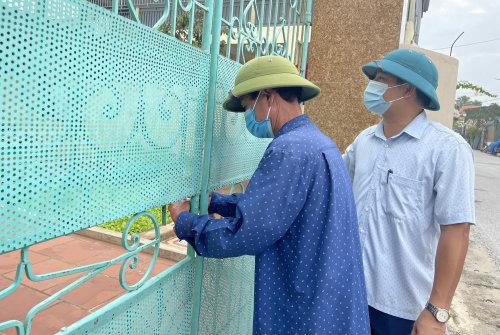 Một hô dân ở Hoằng Thái bị khoá cổng hôm 31/8. Ảnh: Lam Sơn.